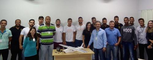 Acadêmicos apresentam trabalho com lançamento de aviões aeromodelos